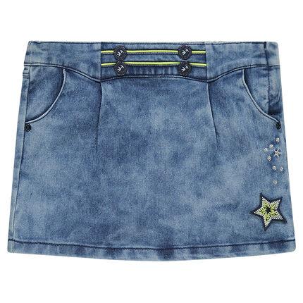 Jupe droite en jeans effet neige avec badge et broderies