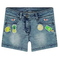 Short en jeans effet used et crinkle avec badges patchés