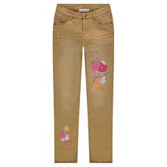 Jeans effet used et crinkle avec fleurs brodées