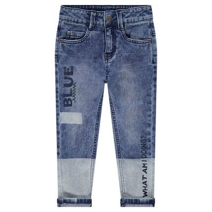 Jeans effet used avec inscriptions printées