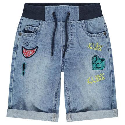 Bermuda en jeans effet used à taille élastiquée avec badges patchés
