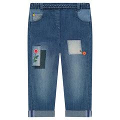 Jeans effet used avec broderies florales et patchs fantaisie