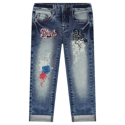 Jeans effet used avec badges et taches de peinture printées
