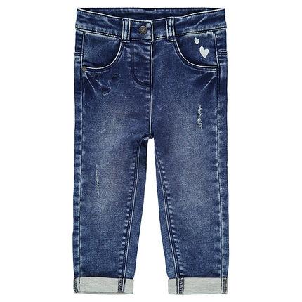 Jeans effet used avec coeurs printés et coeurs brodés en ton sur ton