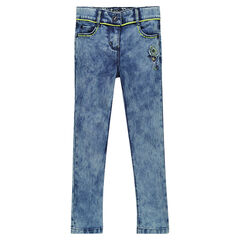 Jeans slim effet neige avec patch et broderies