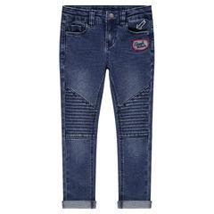 Jeans slim effet used et crinkle avec badge et print