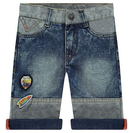 Bermuda en jeans effet used avec badges patchés et découpes
