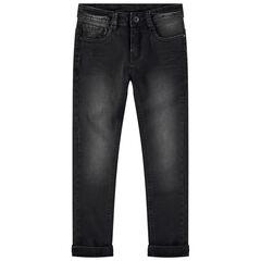 Jeans effet used et crinkle avec inscription en relief au dos