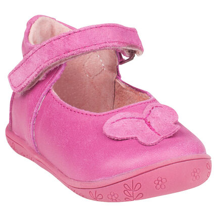 Babies en cuir rose avec patch papillon