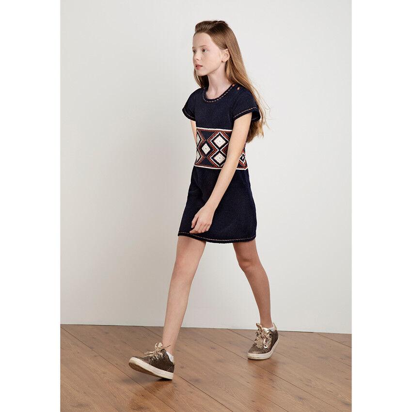 Jeune fille avec une robe