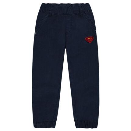 Pantalon droit avec chevilles resserrées et badge ©Warner Superman