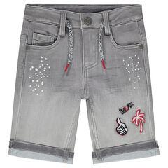 Bermuda en jeans effet used avec effet tacheté et badges fantaisie