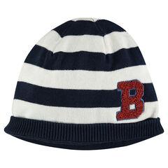 Bonnet rayé en tricot avec lettre en bouclette